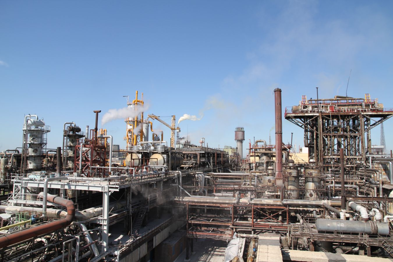 Retrofitting of the ammonia plant with extension of its capacity and reduction of natural gas consumption.